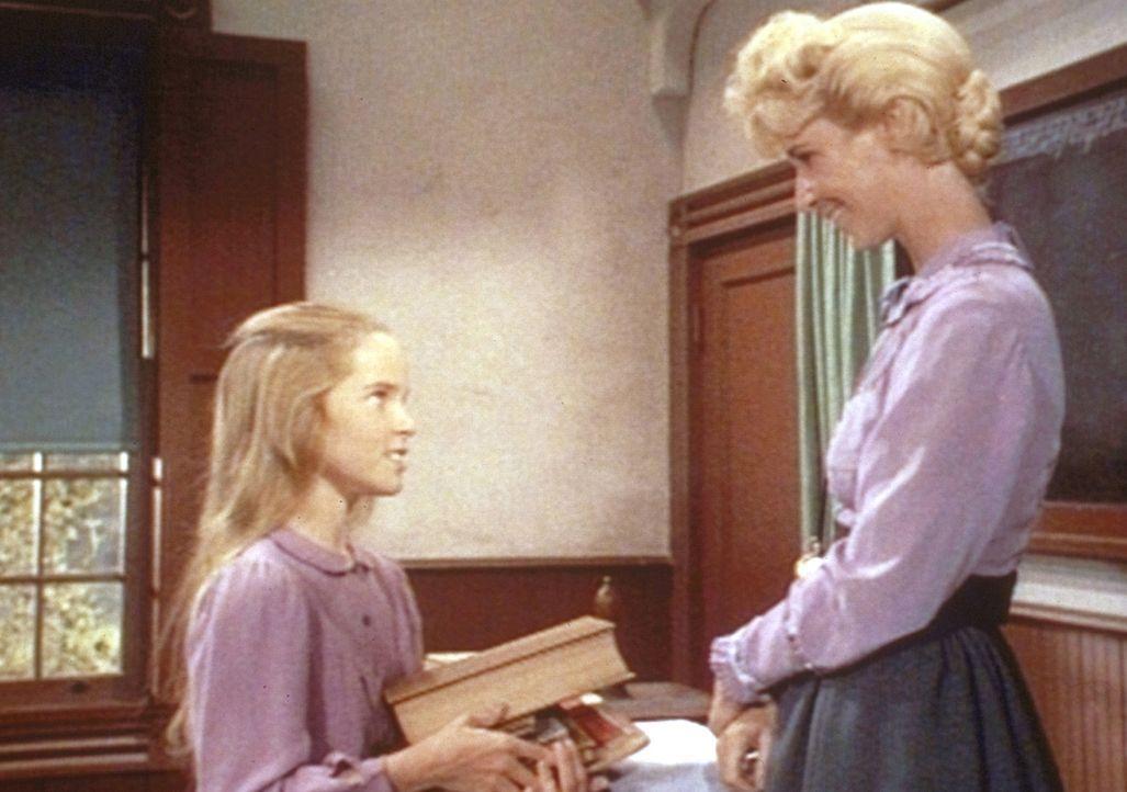 Mit Hilfe ihrer Lehrerin Miss Beadle (Charlotte Stewart, r.) bereitet sich Mary (Melissa Sue Anderson, l.) auf die Prüfung vor. - Bildquelle: Worldvision
