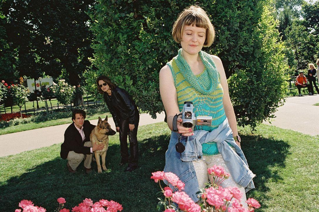 Marc (Alexander Pschill, l.), Rex und Niki (Elke Winkens, 2.v.r.) observieren die verdächtige Carmen (Marisa Growaldt). - Bildquelle: Ali Schafler Sat.1
