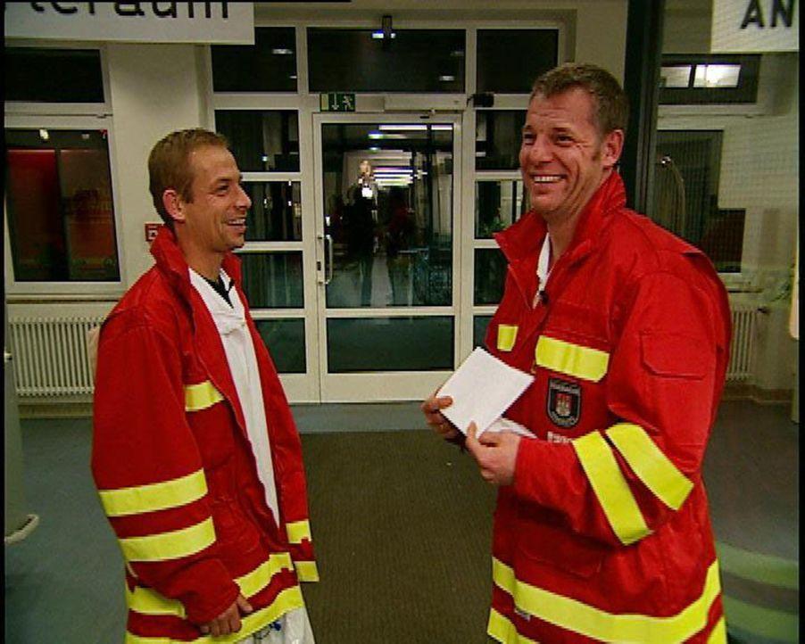 Sie sind wieder unterwegs mit Tatütata: Die Feuerwehrleute Piorek (l.) und Böhrens (r.) von der Einsatzzentrale Hamburg-Barmbek. - Bildquelle: Sat.1