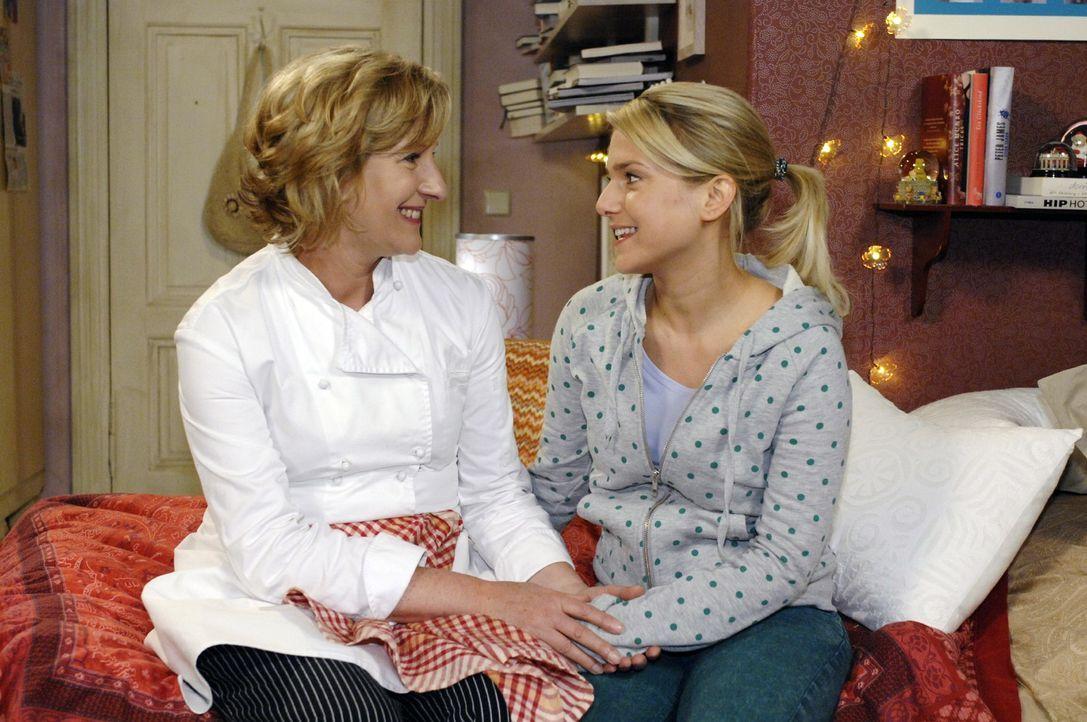 Anna (Jeanette Biedermann, r.) ist überglücklich, als Susanne (Heike Jonca, l.) ihr eröffnet, dass ein Detektiv nach Ingo suchen soll. - Bildquelle: Oliver Ziebe Sat.1