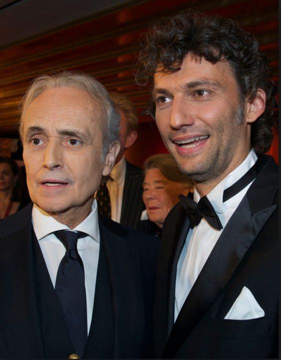 Für José Carreras (l.) und Jonas Kaufmann (r.) beginnt ein wundervoller Abend mit vielen Künstler-Freunden ... - Bildquelle: José Carreras Leukämie-Stiftung