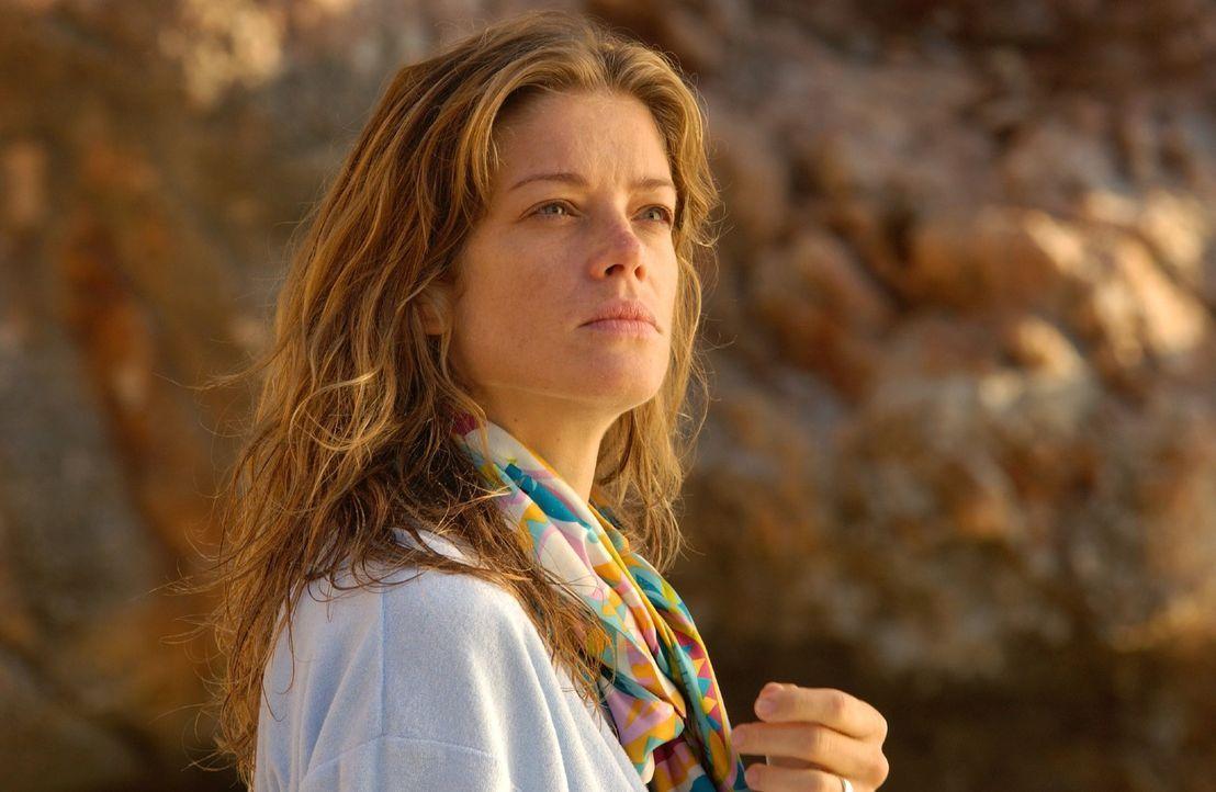 Rosemarie (Marie Bäumer) bemerkt im Urlaub am Strand, dass sie beobachtet wird. - Bildquelle: Rainer Bajo Sat.1