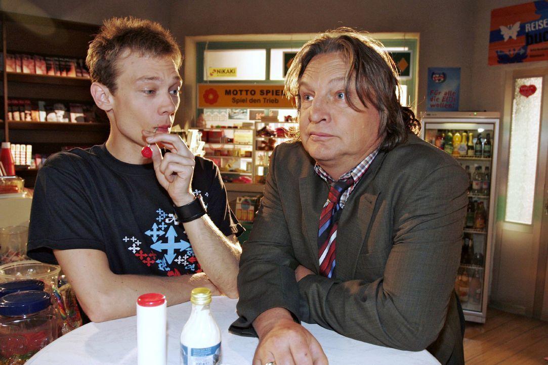 Bernd (Volker Herold, r.) schüttet sein Herz bei Jürgen (Oliver Bokern, l.) aus. Er kann es einfach nicht fassen, dass Helga ihren Hochzeitstag verg... - Bildquelle: Noreen Flynn Sat.1