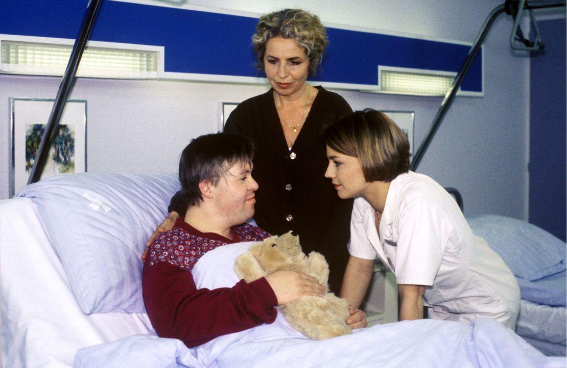 Schwester Stephanie (Claudia Schmutzler, r.) versucht das Vertrauen von Kevin Gellert (Martin Lindner, l.) zu erlangen. Doch seit Kevin und seine Mu... - Bildquelle: Noreen Flynn Sat.1