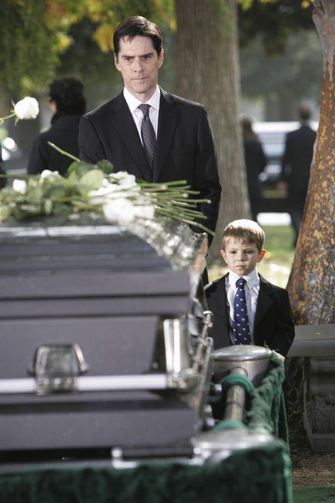 Müssen Abschied nehmen von einem geliebten Menschen: Hotch (Thomas Gibson, l.) und sein Sohn Jack (Cade Owens, r.) ... - Bildquelle: Adam Taylor 2009 ABC Studios. All rights reserved. / Adam Taylor