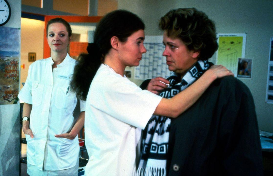 Stefanie (Kathrin Waligura, M.) besorgt ihrer Freundin Klara (Walfriede Schmitt, r.) einen Flug nach Schottland, damit sie wieder zu sich kommt und... - Bildquelle: Noreen Flynn Sat.1