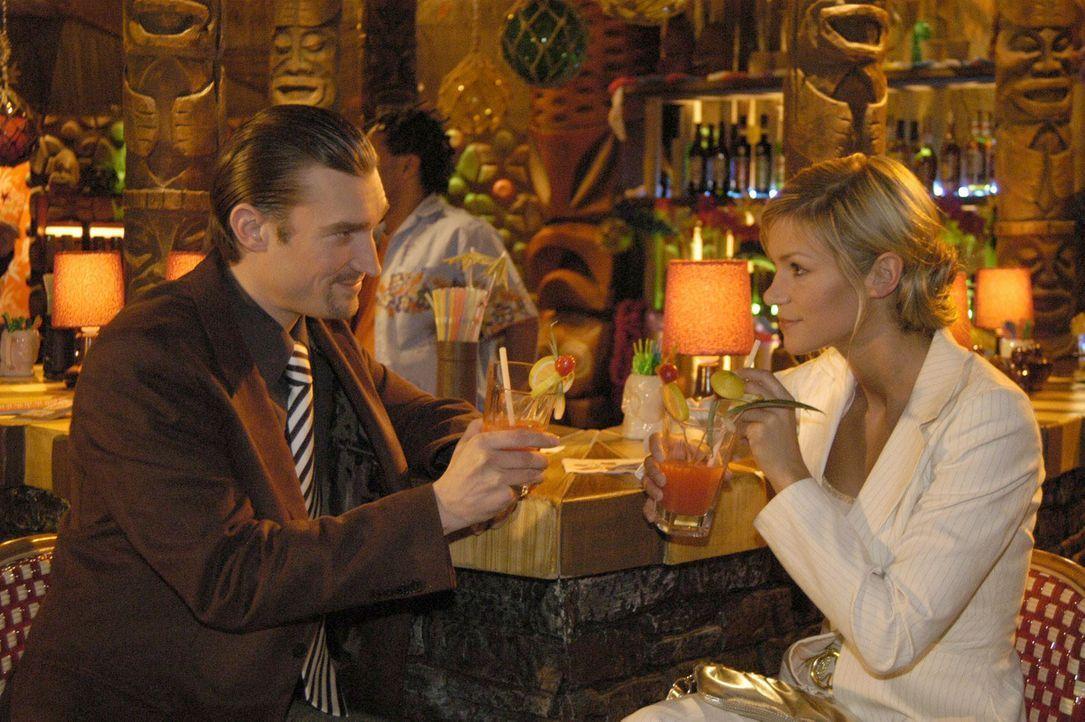 Richard von Brahmberg (Karim Köster, l.) hat mitbekommen, dass sich die intrigante Sabrina Hofmann (Nina-Friederike Gnädig, r.) für den Assistentinn... - Bildquelle: Noreen Flynn Sat.1