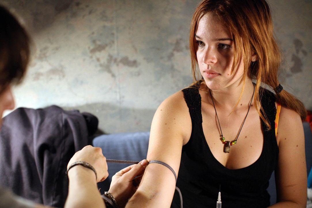Schon lässt sich Nadja (Nikola Rudle) von ihrem drogensüchtigen Freund dazu überreden, ebenfalls das ultimative Vergessen, den Superkick im Heroinra... - Bildquelle: Petro Dominigg SAT.1