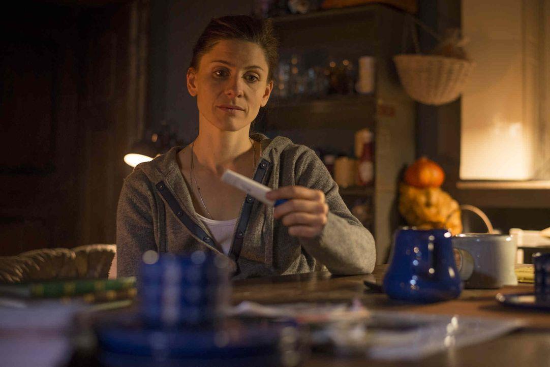 Astrid (Christina Hecke) weiß nicht, was sie tun soll. In ihr und Micks Leben passt kein Kind hinein, glaubt sie. Deshalb macht sie einen Termin für... - Bildquelle: Martin Rottenkolber SAT.1 / Martin Rottenkolber