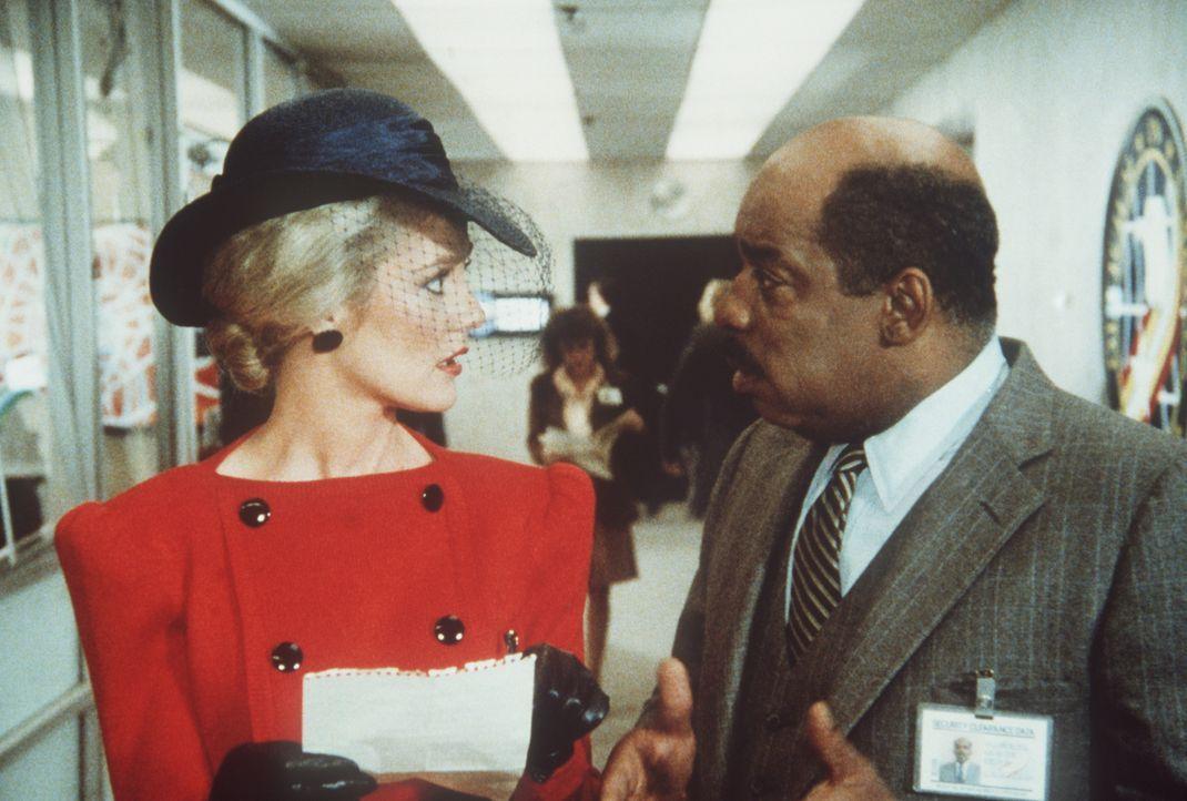 Francine (Martha Smith, l.) ist für die Sicherheit eines Königs zuständig und hat sich entsprechend gekleidet. Billy (Mel Stewart, r.) enthüllt, was...