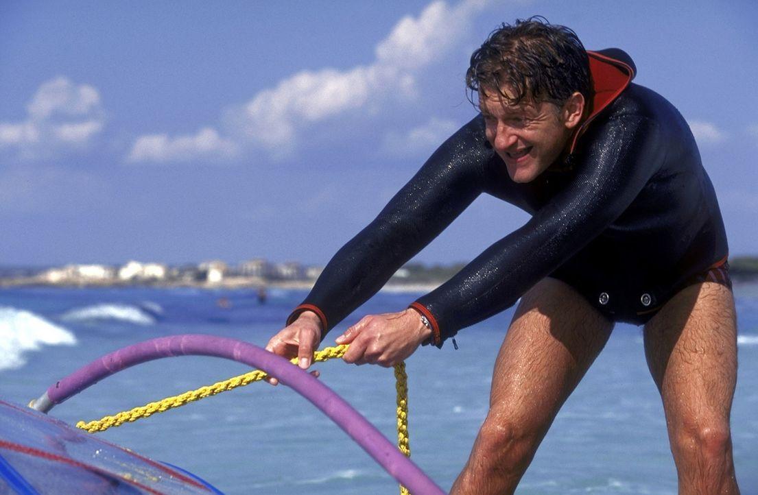 Um die hübschen mallorquinischen Mädchen beeindrucken zu können, wagt sich David (Dominic Raacke) ans Surfen ... - Bildquelle: Christel Becker-Rau ProSieben