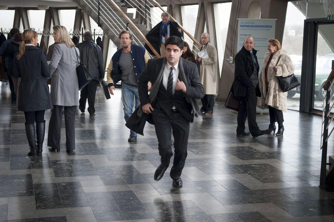Bei einem Banküberfall in Essen wird eine junge Angestellte erschossen und Micks Tochter Isa als Geisel genommen. Mick (Henning Baum, M.l.) und Andr... - Bildquelle: Martin Rottenkolber SAT.1