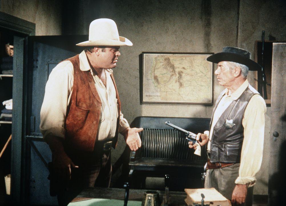Hoss Cartwright (Dan Blocker, l.) wird von Sheriff Millet (John Marley, r.) wegen Mordes festgenommen. - Bildquelle: Paramount Pictures