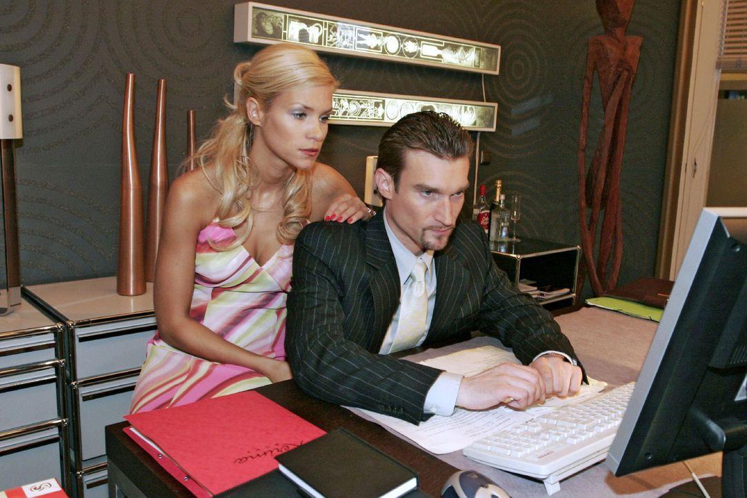 Richard (Karim Köster, r.) beschäftigt sich unter Sabrinas (Nina-Friederike Gnädig, l.) Blick mit den Kerima Moda-Aktien - doch irgendwas läuft fals... - Bildquelle: Noreen Flynn Sat.1