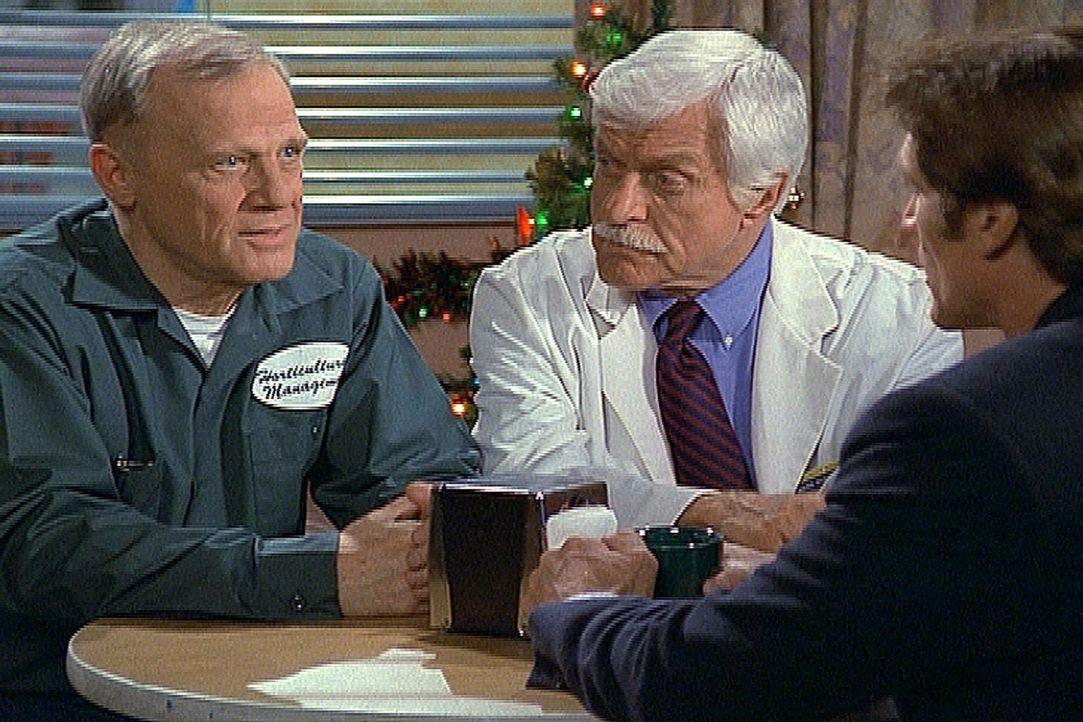 Claudes (l.) Flucht aus dem Gefängnis wurde aufgedeckt. Doch Mark (Dick Van Dyke, M.) und Steve (Barry Van Dyke, r.) wissen, dass er unschuldig ist... - Bildquelle: Viacom
