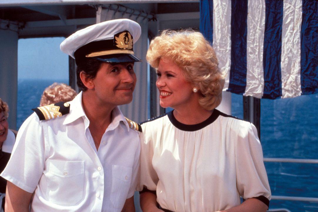 (5. Staffel) - Die Gäste sollen sich auf der Pacific Princess so wohl wie nur möglich fühlen. Steward 'Gopher' Smith (Fred Grandy, l.) und Kreuzfahr... - Bildquelle: CBS Studios Inc. All Rights Reserved.