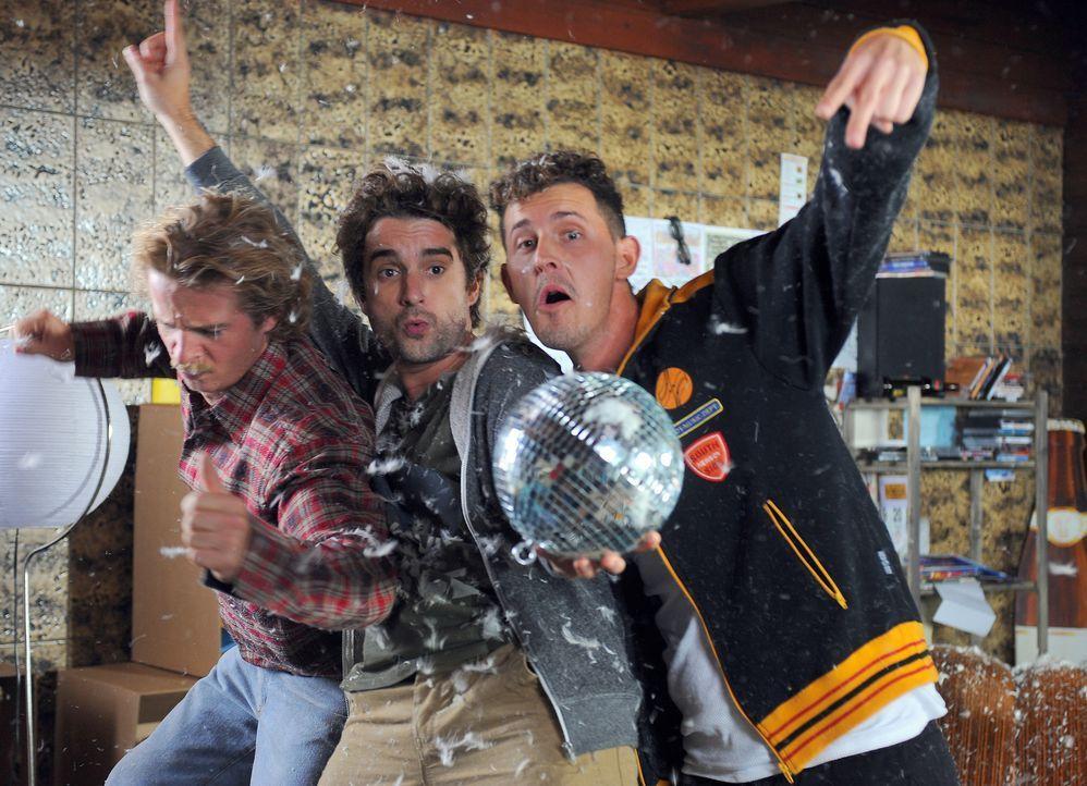 Wieder mal beim Abfeiern: Tommi (Oliver Wnuk, M.) und seine Kumpels Karl (Michael Pascher, r.) und Bernie (Daniel Roesner, l.) ... - Bildquelle: Petro Domenigg SAT.1