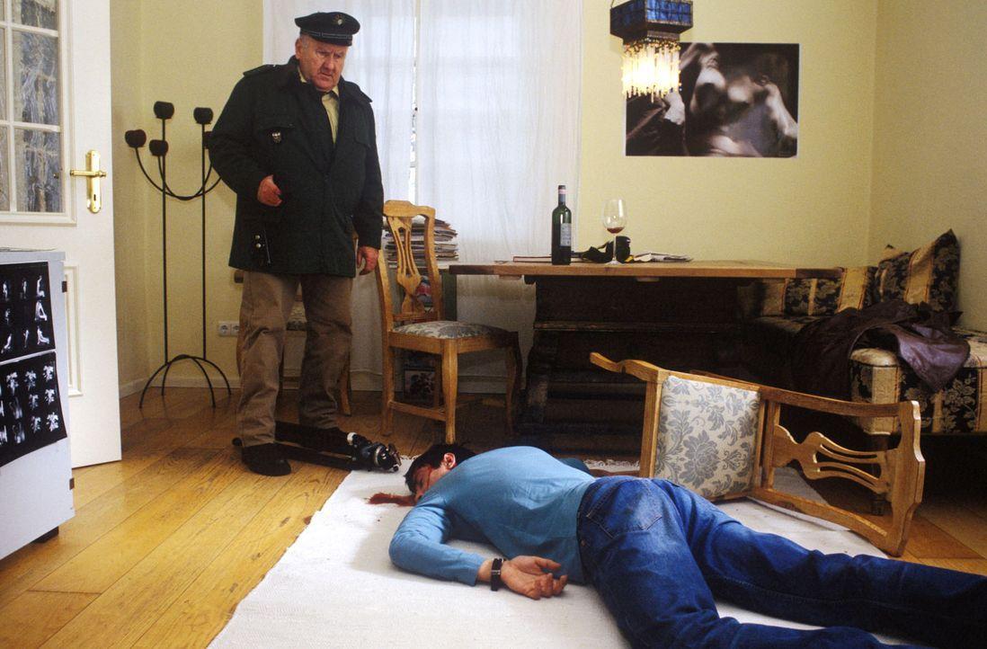 Pfeiffer (Udo Thomer, l.) entdeckt die Leiche des Fotografen Michael Brandtner (Oliver Bootz, r.). - Bildquelle: Magdalena Mate Sat.1