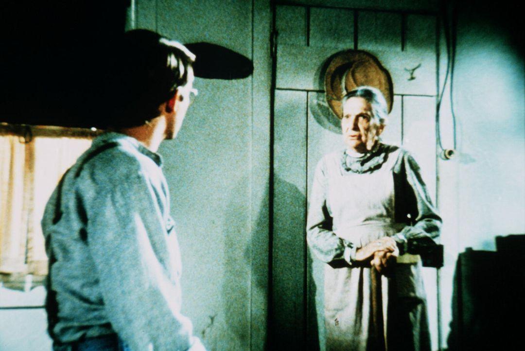 Martha Corinne (Beulah Bond, l.) erzählt John-Boy (Richard Thomas, r.) von ihrer Jugend und ihrem verstorbenen Mann. - Bildquelle: WARNER BROS. INTERNATIONAL TELEVISION