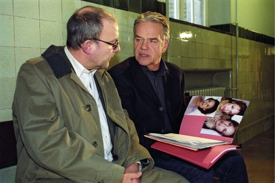 Kommissar Wolff (Jürgen Heinrich, r.) befragt Staatsanwalt Kubinski (Hans Klima, l.) zu dem Fall Jens Schäfer, den er vor sieben Jahren betreut hat. - Bildquelle: Claudius Pflug Sat.1