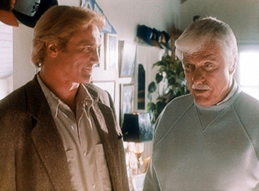 Steve (Barry Van Dyke, l.) und Mark Sloan (Dick Van Dyke, r.) bezweifeln, dass der Tod des Radiomoderators Carl Burke ein Unfall war. - Bildquelle: Viacom