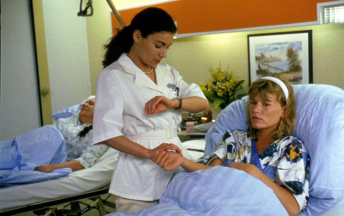Die schwangere Lisa Hellmann (Anne Kasprik, r.) liegt auf der Station von Stefanie (Kathrin Waligura, l.). Bei ihrem Hausbau hat sich Lisa zu viel z... - Bildquelle: Noreen Flynn Sat.1