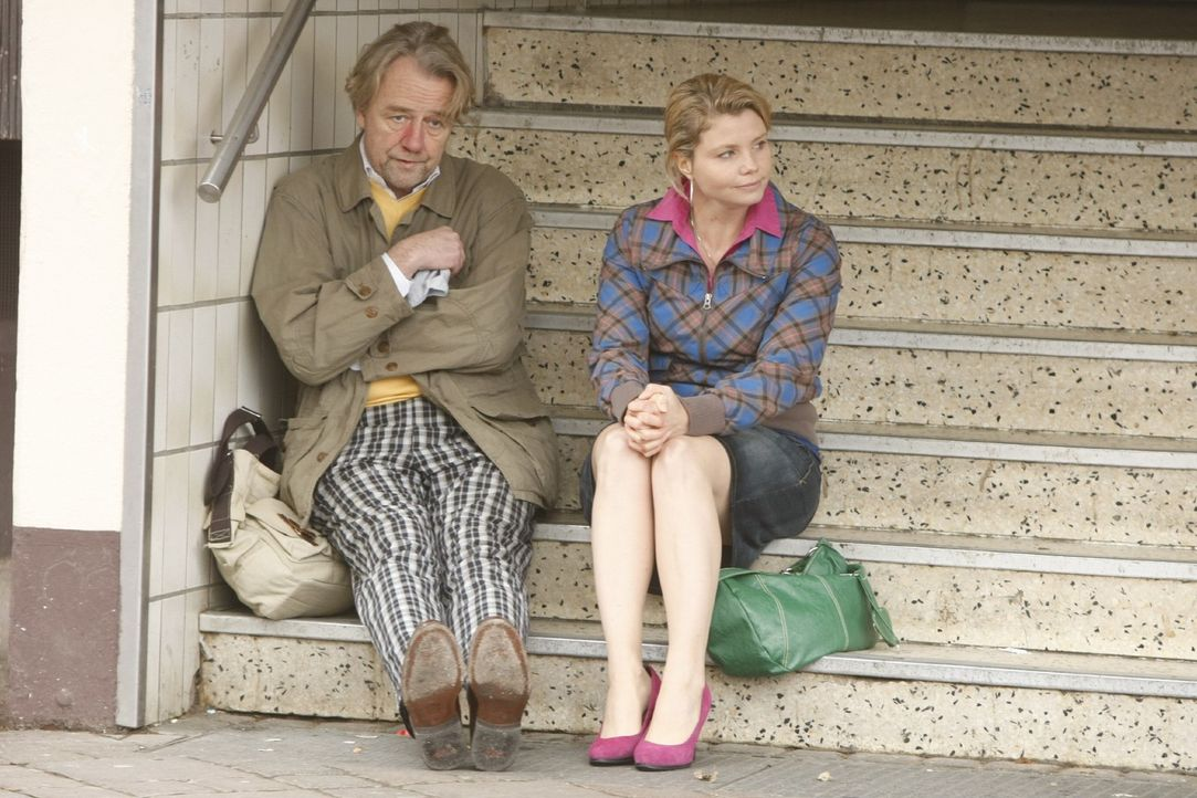 Danni (Annette Frier, r.) ist sauer, da ihr Vater Kurt (Axel Siefer, l.) zwei Tage lang auf Sauftour war ... - Bildquelle: Frank Dicks SAT.1