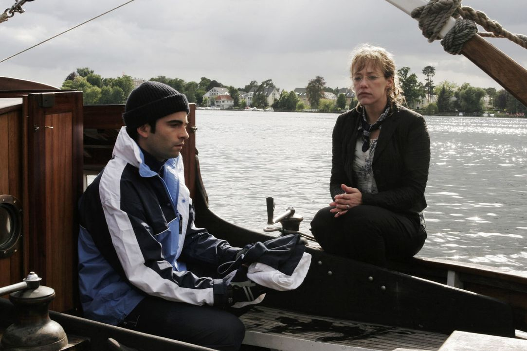 Lisa (Alexandra Neldel, r.) ist geschockt, als David (Mathis Künzler, l.) ihr gesteht, dass er aus Liebe zu ihr mit seinem Boot in die Welt reisen w... - Bildquelle: Noreen Flynn Sat.1