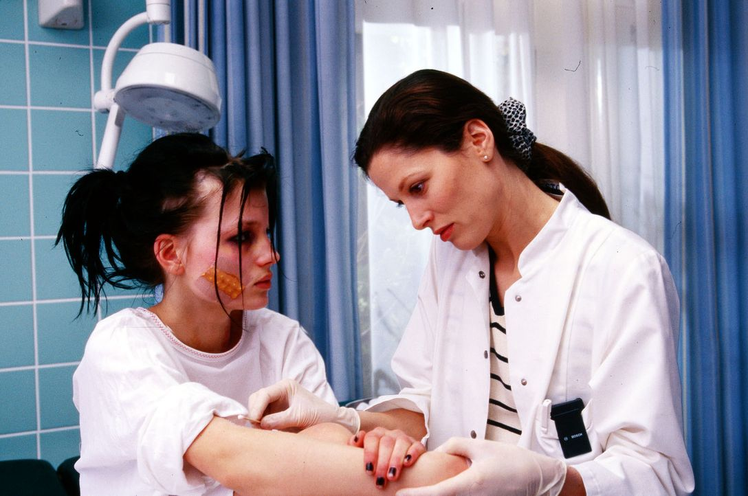 Dr. Jasmin Erbach (Heidrun Gärtner, r.) kümmert sich um das Findelkind Joey (Lilya Löffler, l.). Die Ärztin ahnt nicht, dass Joey zusammen mit ihren... - Bildquelle: Krajewsky Sat.1
