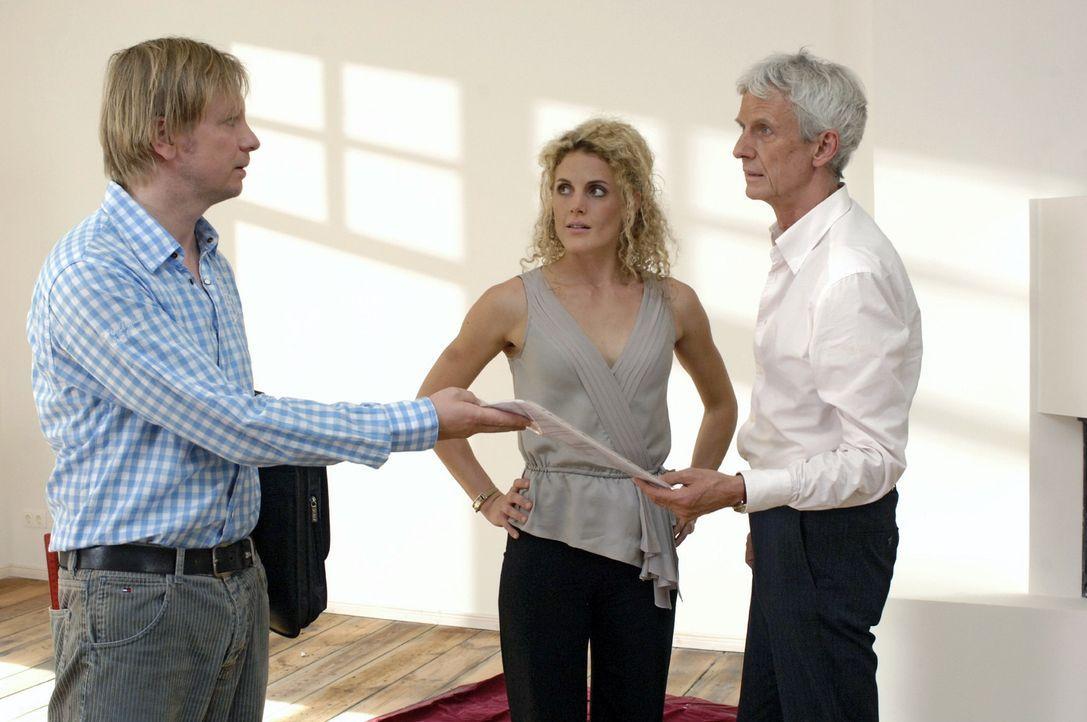Maja (Barbara Lanz, M.) und Robert (Mathieu Carrière, r.) müssen feststellen, dass die Wohnung überraschenderweise bereits vermietet ist. - Bildquelle: Oliver Ziebe Sat.1