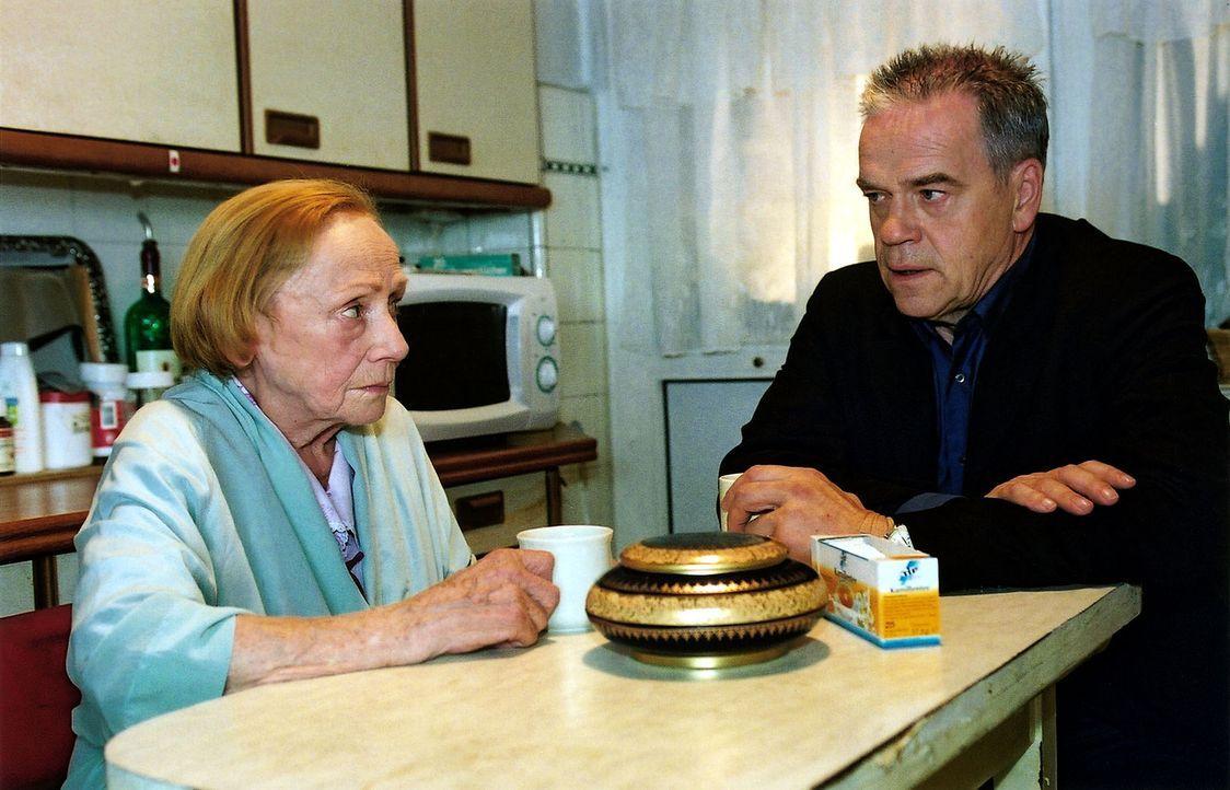 Kommissar Wolff (Jürgen Heinrich, r.) hat die schwierige Aufgabe zu erfüllen, Louise König (Ruth Glöss, l.), der Großtante der ermordeten Polizistin... - Bildquelle: Claudius Pflug Sat.1