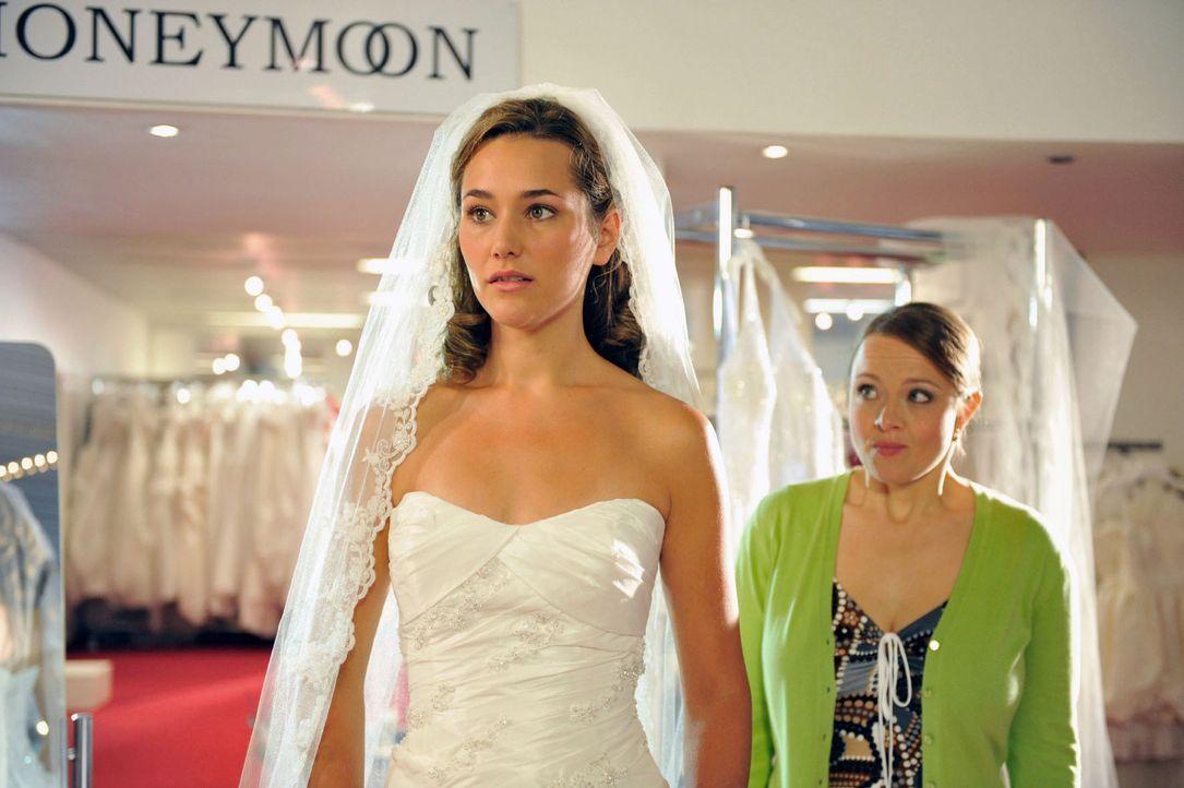 Vanessa (Alissa Jung, l.) ist gerade zusammen mit ihrer Freundin Steffi (Stephanie Gossger, r.) auf der Suche nach dem passenden Brautkleid, als Tim... - Bildquelle: Hardy Brackmann Sat.1