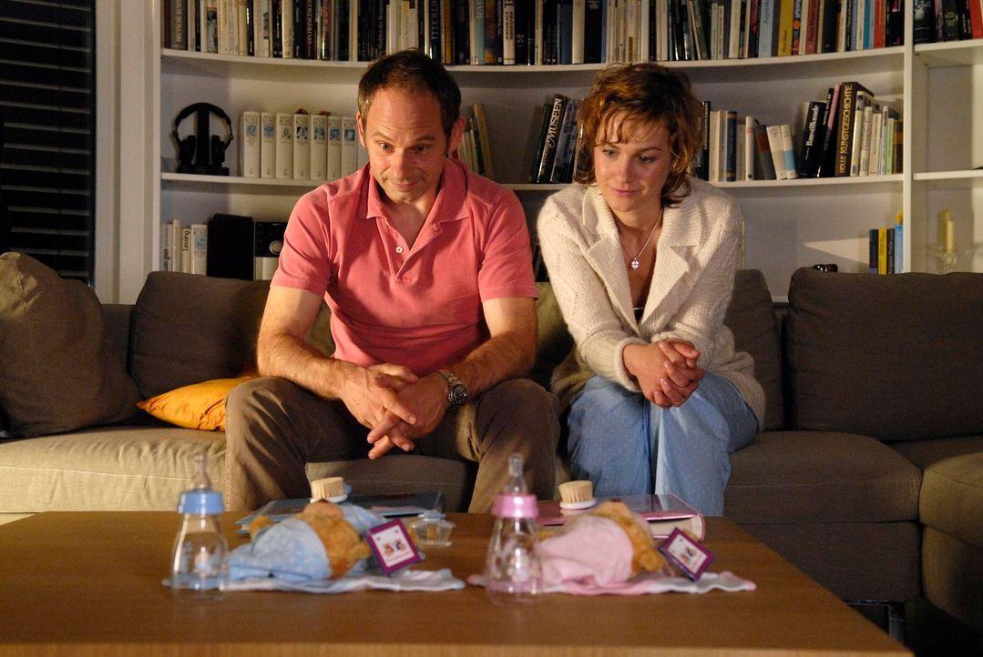 Valerie (Rhea Harder, r.) und Frieder (Michael Lott, l.) arbeiten auf ein Baby hin. Aber will Valerie wirklich ein Kind? - Bildquelle: Marco Nagel ProSieben