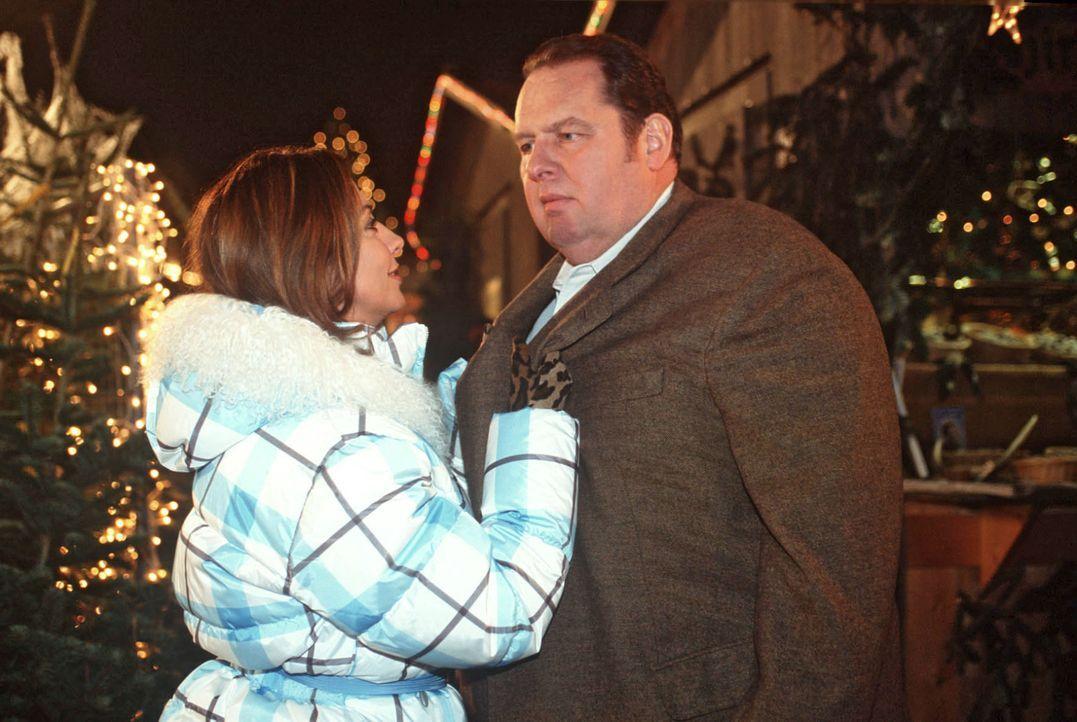 Nach 20 Jahren trifft Benno (Ottfried Fischer, r.) am Christbaumstand Thea (Simone Thomalla, l.) wieder! - Bildquelle: Magdalena Mate Sat.1