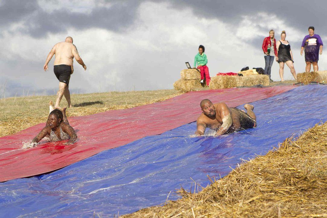 Diese Woche müssen die Kandidaten ihre Kondition bei einer Wasserrutschen-WM beweisen. Es gilt so schnell wie möglich 100-mal herunter zu rutschen .... - Bildquelle: Enrique Cano SAT.1
