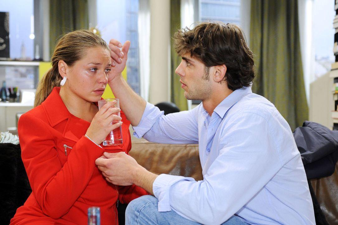 Katja (Karolina Lodyga, l.) wird von ihrem schlechten Gewissen gegenüber Jonas (Roy Peter Link, r.) überwältigt. - Bildquelle: Oliver Ziebe Sat.1