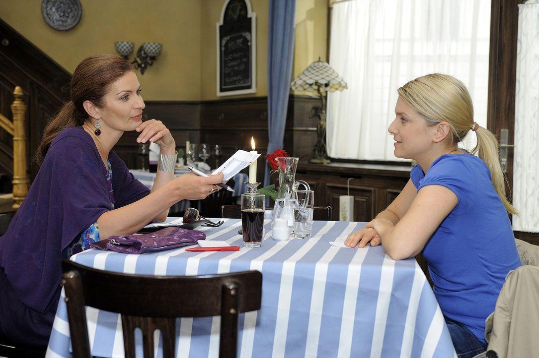 Natascha (Franziska Matthus, l.) versucht Anna (Jeanette Biedermann, r.) zu bestechen ... - Bildquelle: Oliver Ziebe Sat.1