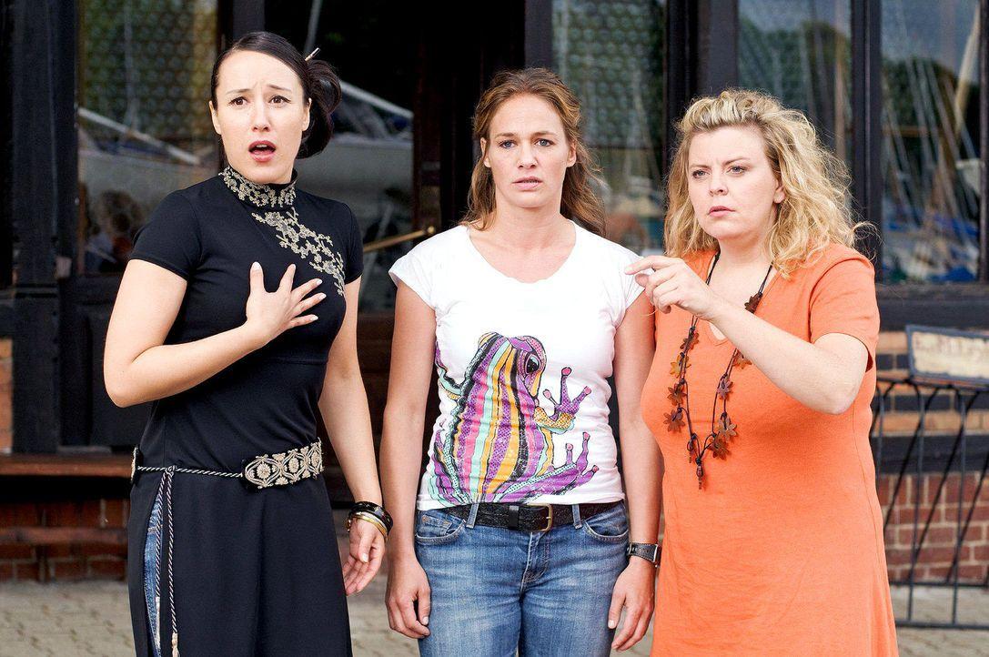 Katja (Sonsee Neu, M.) und ihre Freundinnen Akiko (Bärbel Schleker, l.) und Britta (Carolin Spiess, r.) stehen vor dem Soul Club, als Nick mit seine... - Bildquelle: Stefan Erhard Sat.1