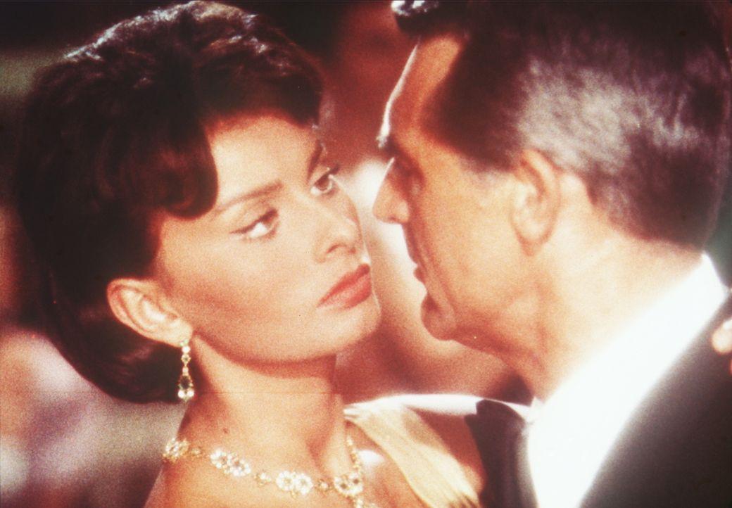 Rechtsanwalt Tom (Cary Grant, r.) und seine Haushälterin Cinzia (Sophia Loren, l.) kommen sich langsam näher ... - Bildquelle: Paramount Pictures