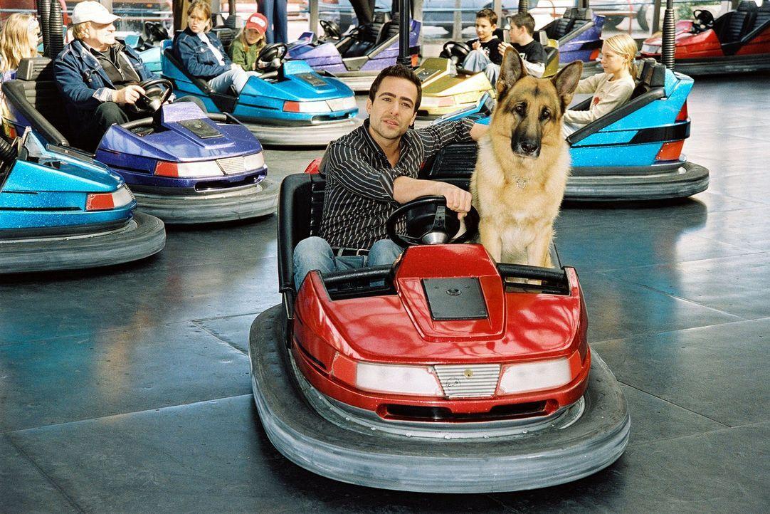 Ein bisschen Spaß muss sein: Rex und Marc (Alexander Pschill) amüsieren sich im Wiener Prater. - Bildquelle: Ali Schafler Sat.1