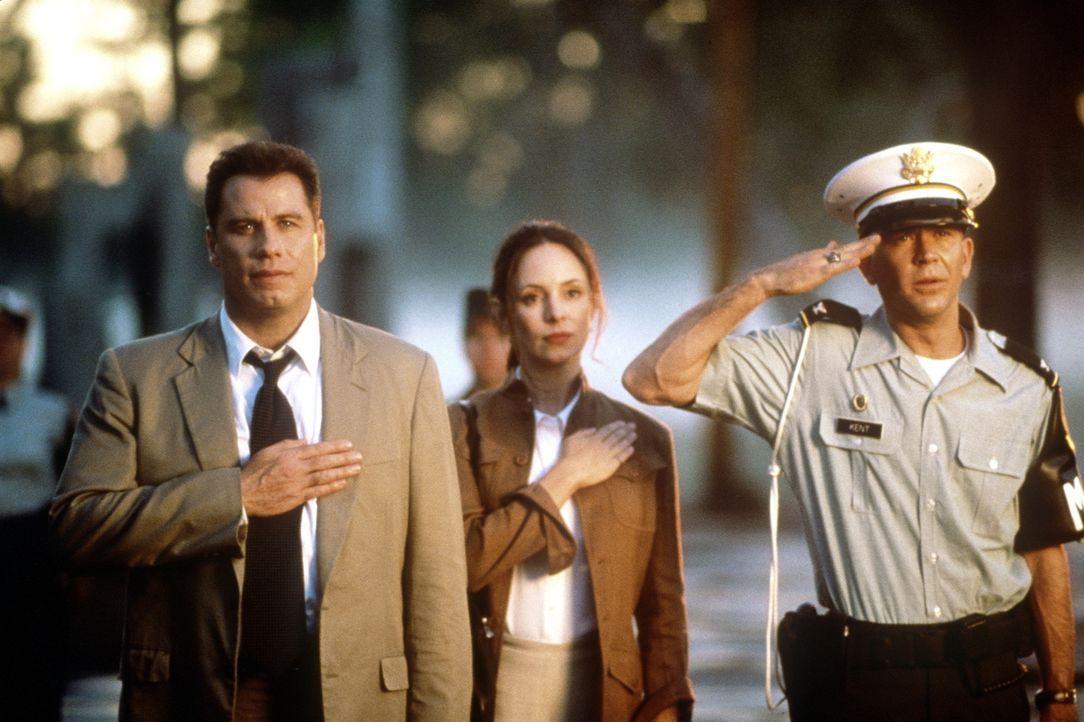 Paul Brenner (John Travolta, l.) und seine Kollegin Sara Sunhill (Madeleine Stowe, M.) haben den Auftrag, einen Mordfall aufzuklären. Die abgeriegel... - Bildquelle: TM & Copyright   2017 by Paramount Pictures. All rights reserved.