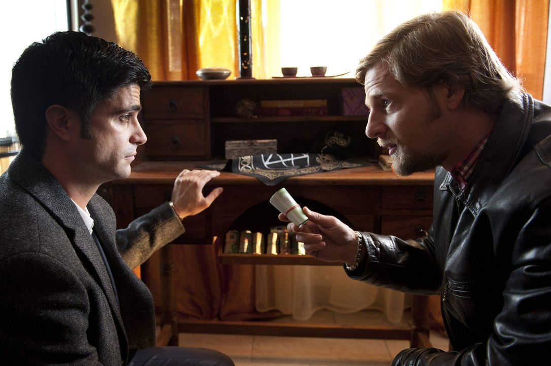 Wie kommt eine Wahrsagerin an soviel Geld? Mick (Henning Baum, r.) und Andreas (Maximilian Grill, l.) ... - Bildquelle: Martin Rottenkolber SAT.1