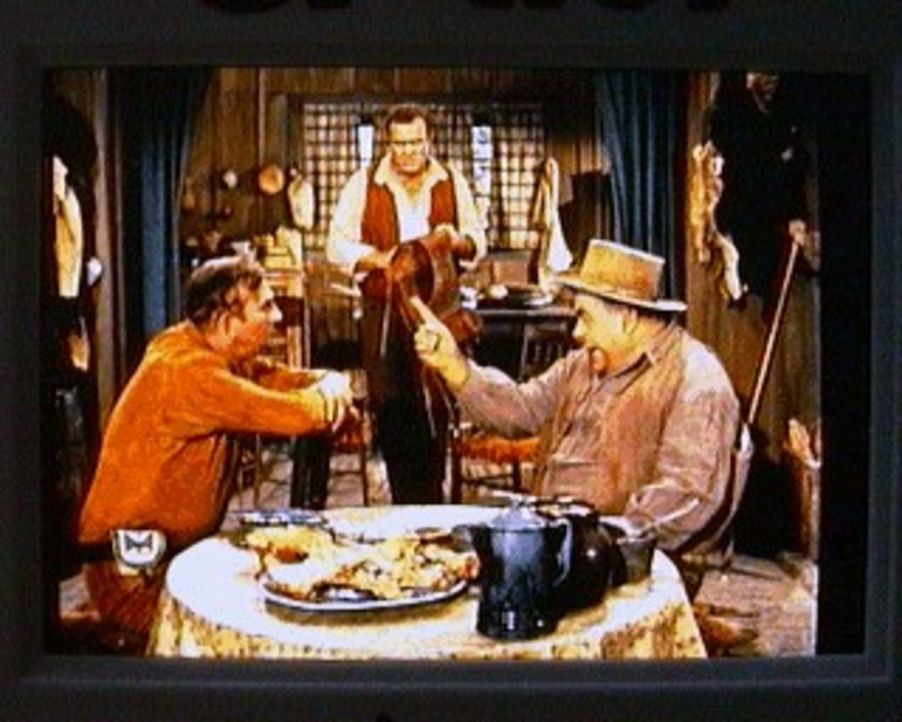 Hoss (Dan Blocker, M.) ist von Jim Leyton (Slim Pickens, l.) als Trauzeuge zu seiner Hochzeit eingeladen worden. Es gibt aber ein Problem: Jim hat e... - Bildquelle: Paramount Pictures
