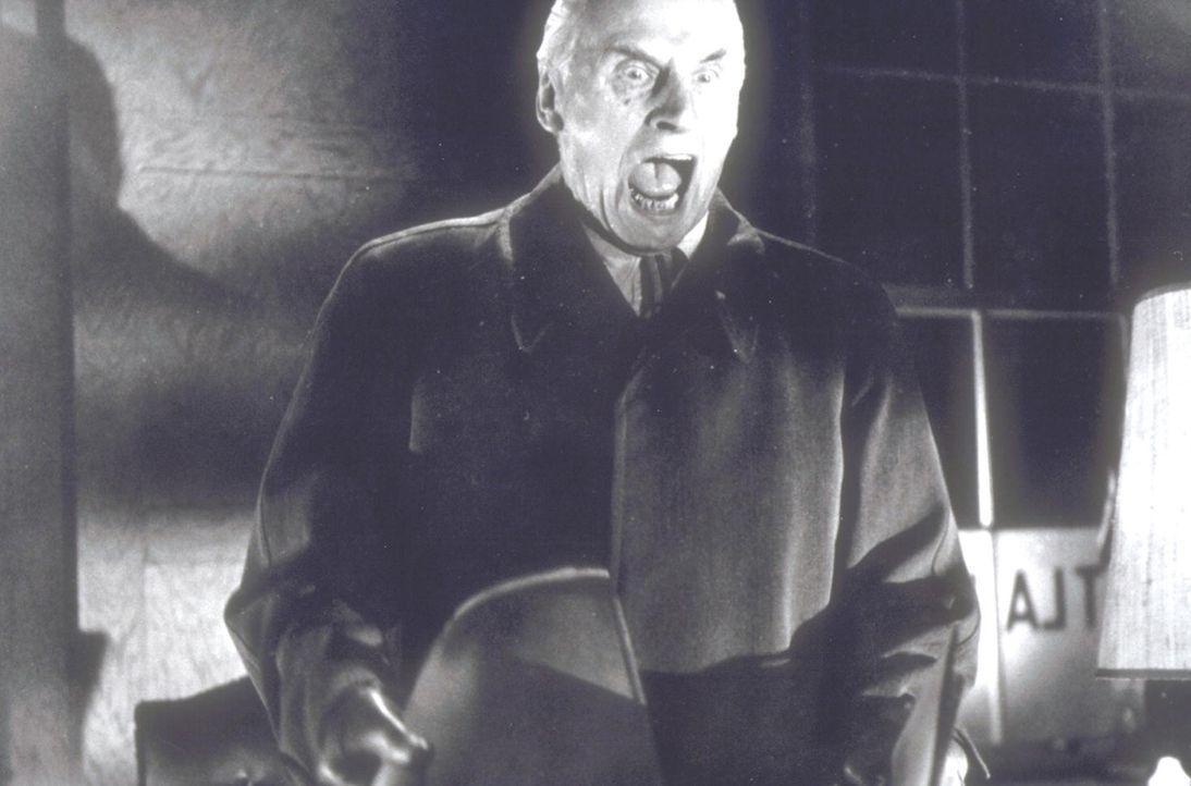 Unternehmer Ezra Maitland (Fritz Rasp) macht eine erschreckende Entdeckung ... - Bildquelle: Constantin Film