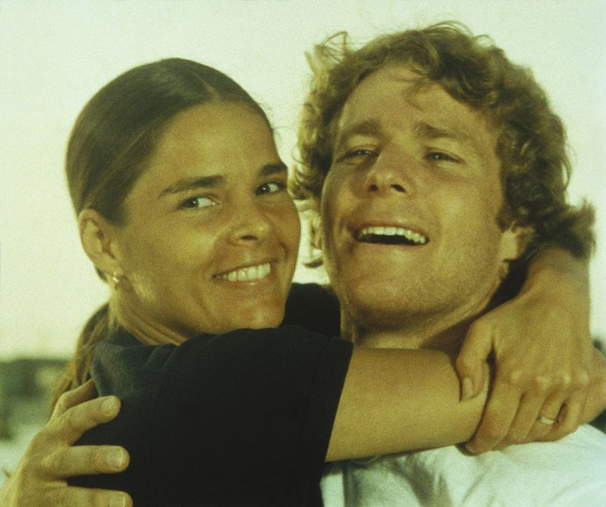 Oliver (Ryan O'Neal, r.) und Jennifer (Ali MacGraw, l.) sind überglücklich, doch eines Tages fällt ein tiefer Schatten auf das Glück der Liebenden .... - Bildquelle: Paramount Pictures