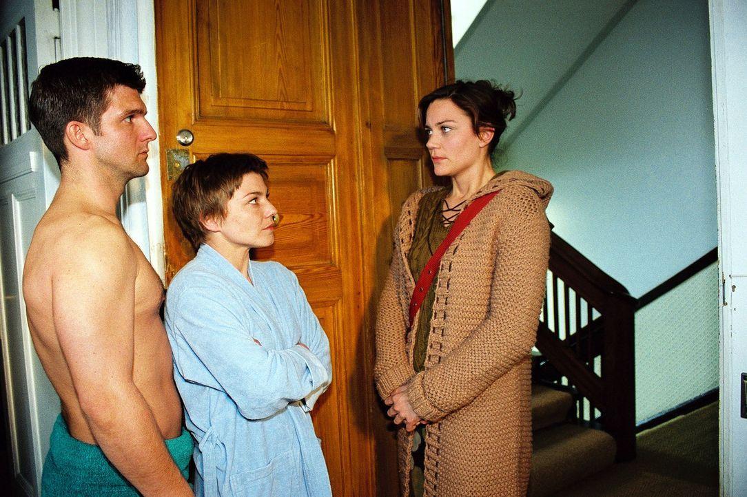 Astrid (Kristina Bangert, r.) ist zu Stephanie (Claudia Schmutzler, M.) gekommen, um sich mit ihr auszusprechen. Die Überraschung ist groß, als sie... - Bildquelle: Monika Schürle Sat.1