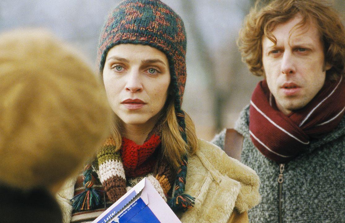 Unermüdlich gehen Lenny (Oliver Korittke, r.) und Helena (Lucie Zednicková-Pokorná, l.) jeder nur denkbaren Spur nach, die Licht ins Dunkel bringen... - Bildquelle: Jiri Hanzl ProSieben