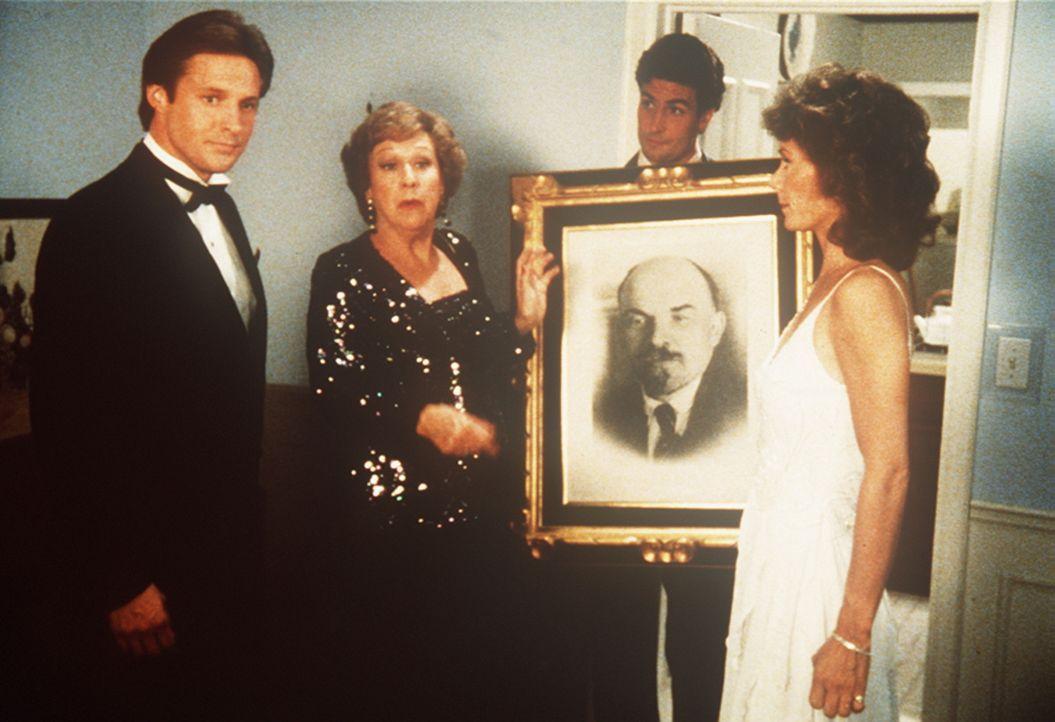 Fassungslos beobachtet Amanda (Kate Jackson, r.), wie Lee (Bruce Boxleitner, l.) und Emilie (Jean Stapleton, 2.v.l.) ihr Wohnzimmer in ein KGB-Büro...