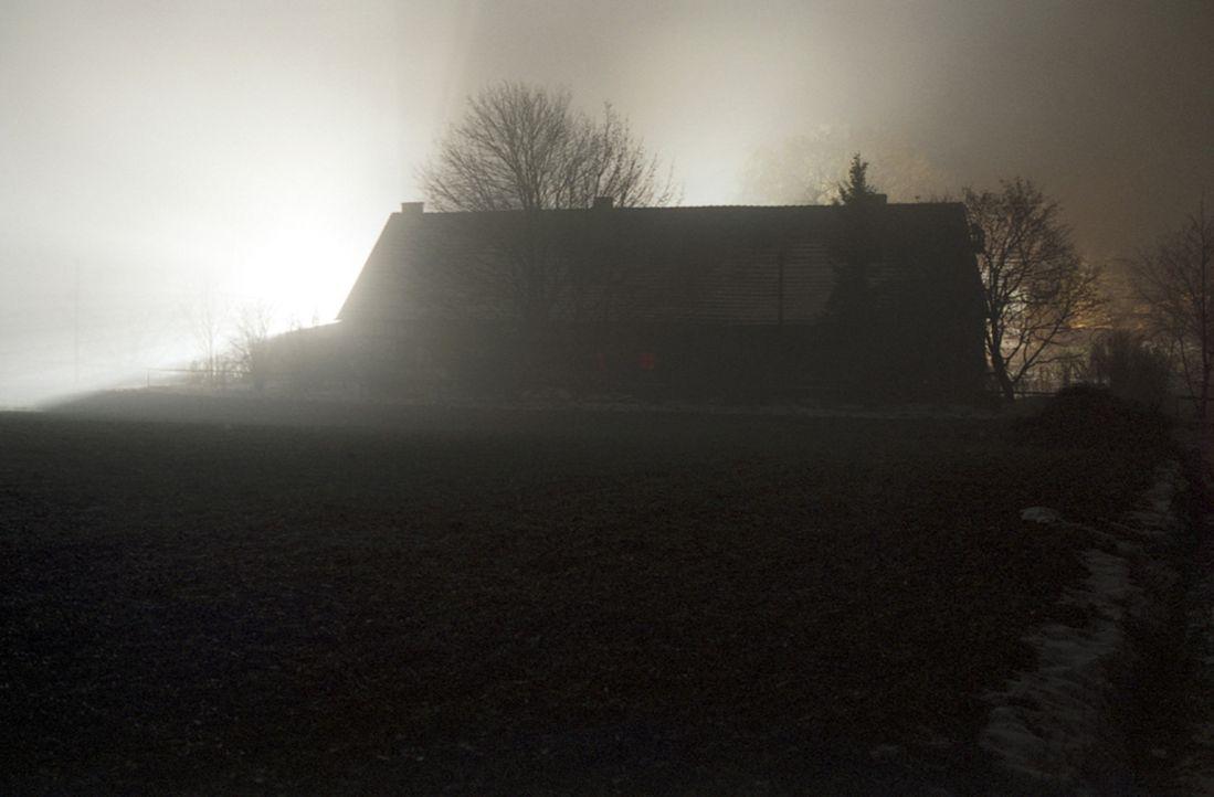 Auf dem Einödhof Hinterkaifeck werden in der Nacht zum 1. April 1922 das Ehepaar Gruber, Tochter Viktoria und Enkel sowie die gerade eingetroffene M... - Bildquelle: Kinowelt