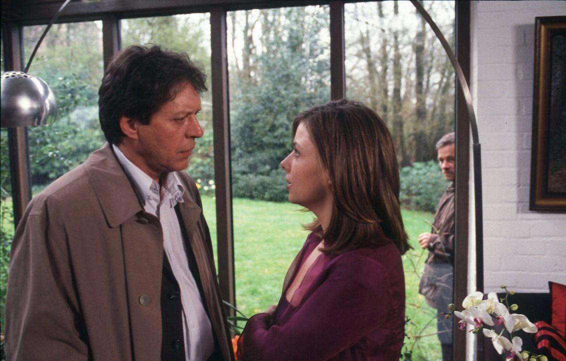 Claudia (Nana Krüger, M.) glaubt, dass Gero (Helmut Berger, l.) sie benutzt hat, um an die Sicherungscodes des Museums zu kommen. Als sie ihn zur Re... - Bildquelle: Martin Menke SAT. 1